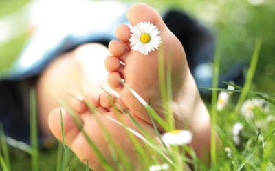 piedi-nudi-su-erba