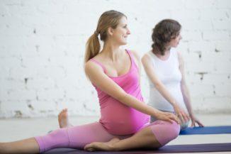 gruppo-di-donne-in-gravidanza-che-fanno-yoga-prenatale-torsione-spinale-in-janu-sirsasana-posa_1163-1728