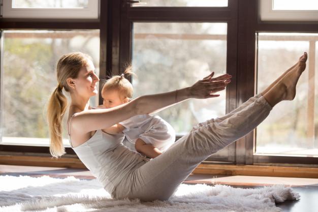 giovane-madre-yogi-in-barca-posa-con-la-sua-piccola-figlia_1163-4436