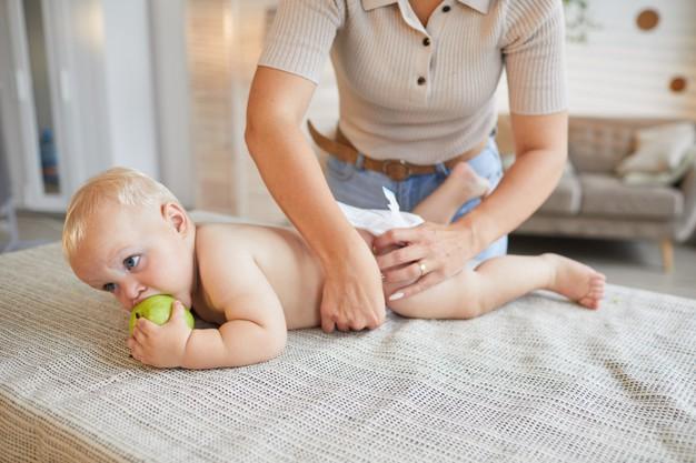 Cure del neonato: igiene intima e cambio pannolino